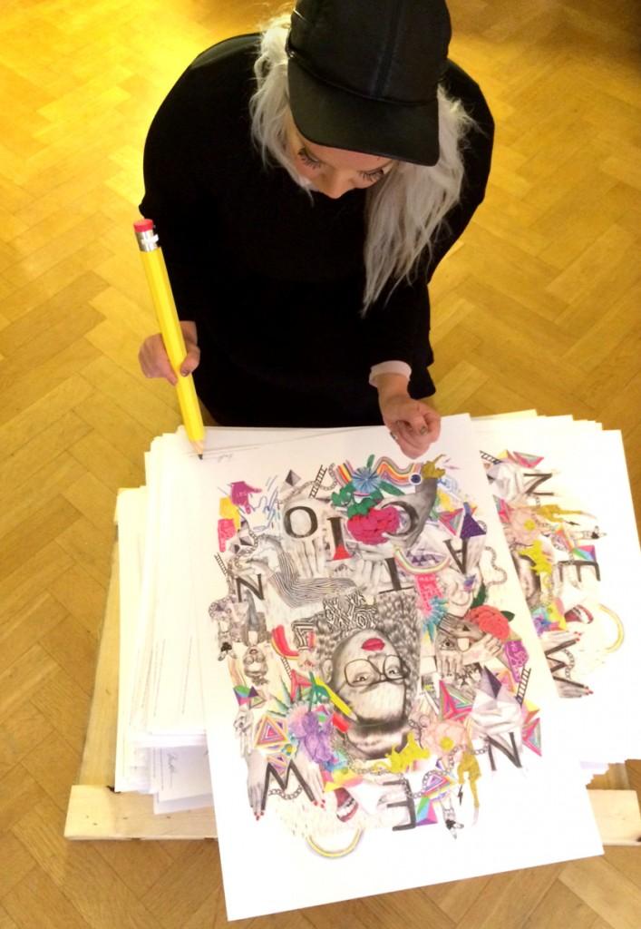 Beata Boucht signerar affischerna. Fotograf: Peter Björkman